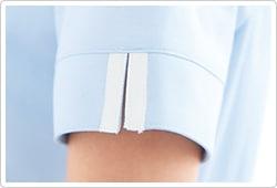 スリット入りで動きやすさに配慮した袖口カフス。