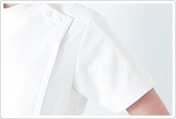 ネックから袖口にかけて切り替えたスポーティーなラインが魅力。