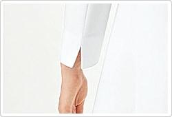 折り返したり、たくし上げたりが可能なスリット入りの袖口
