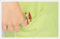 右裾ポケットの内側には筆記用具を整理して収納可能な少ポケット付き。