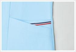 左袖の2重ポケットには、トリコロールテープを配置。