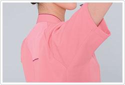 股下のカッティングが腕の可動範囲を広げ、メッシュ仕様が衣服内の通気性をUPさせます。