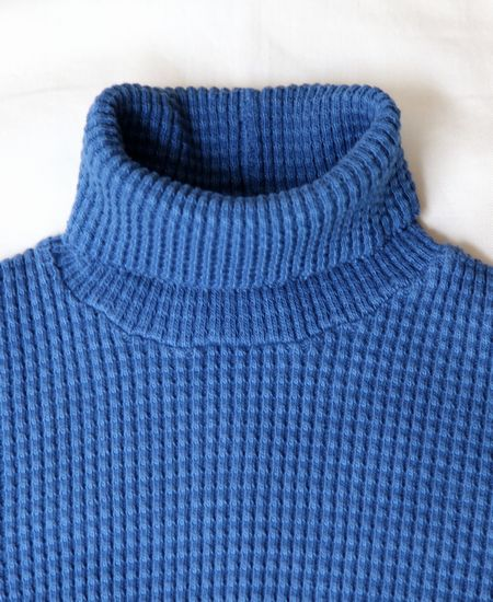 MARKAWARE BIG WAFFLE TURTLENECK (LIGHT INDIGO)
