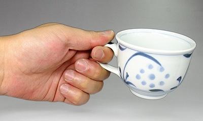砥部焼のコーヒーカップ 持ったところ