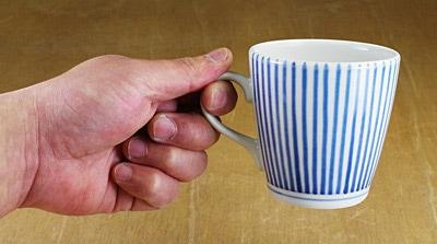 砥部焼 マグカップ 持ったところ