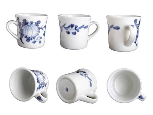 砥部焼梅山窯さんの反りマグカップ。