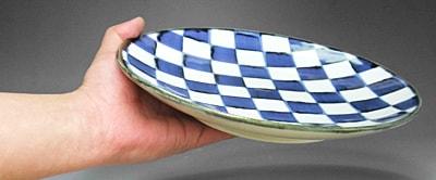 砥部焼の大皿、持ってみたところ