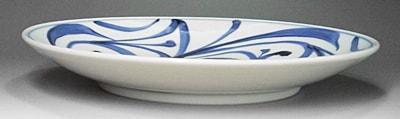 砥部焼の丸皿、唐草文