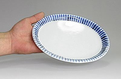 楕円皿を持ったところ