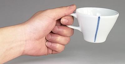 砥部焼 コーヒーカップ 持ったところ