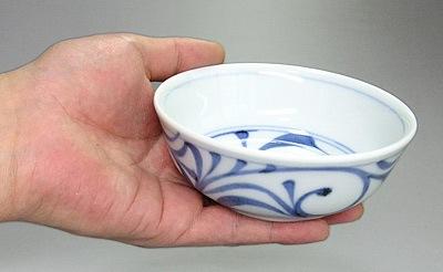 和食器 小鉢を持ったところ