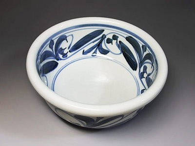 砥部焼の定番、唐草文のうどん鉢