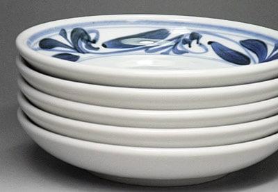砥部焼の丸皿、重ねたところ