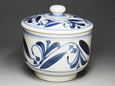 和食器、唐草文の蓋付き鉢