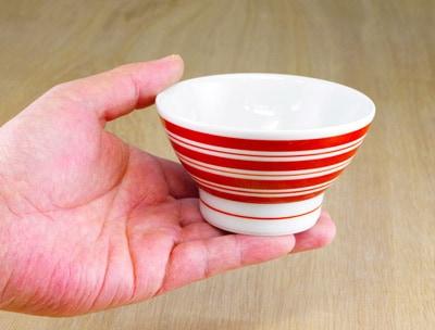 砥部焼 梅山窯 こども茶碗 持ったところ