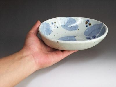 持ってみたところ。少し小さめのカレー皿です。