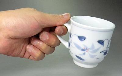 マグカップを持ったところ