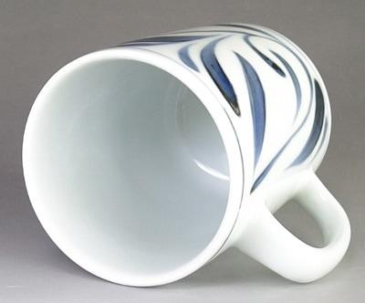 砥部焼 唐草文のマグカップ