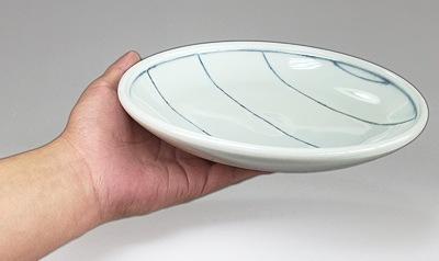 砥部焼の丸皿 持ったところ
