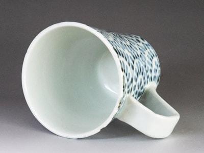 砥部焼のマグカップ。