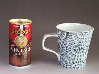 砥部焼のマグカップと180mlの缶コーヒー。