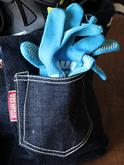 サイドポケットは、デニムパンツのポケットがモチーフ