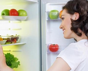 冷蔵庫の中を整理する