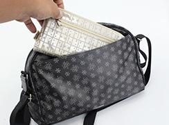 背面ファスナーポケットには、長財布が入ります。