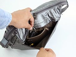 内側ファスナーポケットは長財布も入り、防犯面にも配慮しています。