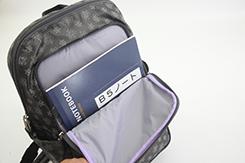 外ポケットは3つ有り、前面にはB5ノートが入るポケット、メガネケースが入る大きさのポケット、の2つ。