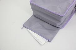 内側には、大きな横長財布が入るファスナーポケットと底には、通帳などを隠せる隠しポケット付き。