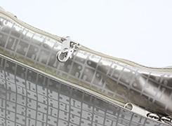 メインファスナーには、ファスナーロックがついていますので、防犯面も安心