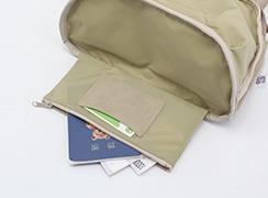底には隠しポケットがあり、通帳、パスポート、現金などを隠しておけます。