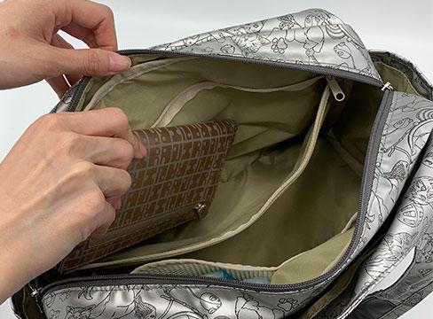和みねこ クリ手トートMは内側:バッグ幅いっぱいのファスナー式ポケット。お財布などの貴重品を入れておくと安心