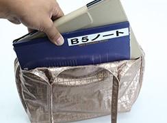 外アオリポケットにもB5ノートやタブレットが入る、コンパクトなトートバッグ。タブレットの持ち運びにも便利。(画像はipadproをケース付きでいれています)