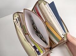スマホ・通帳・パスポート・お薬手帳・母子手帳・カード類・小銭・お札など、入れることができる、お財布ポシェット