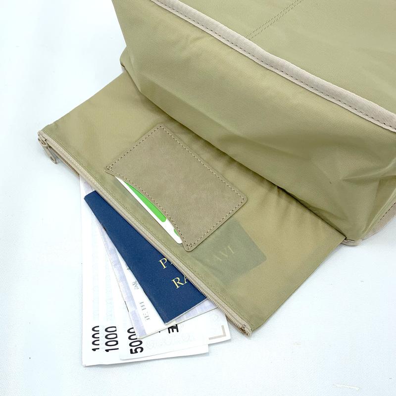 底には隠しポケットとIC乗車券専用ポケット