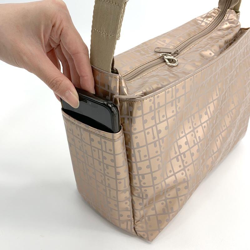 あると便利なサイドポケット※スマートフォンサイズは幅7.7cm 厚さ1.2cm(外周17.8cm)迄入ります