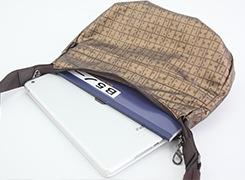 日常使いに使い易い、B5ノートが入るサイズのショルダーバッグ。