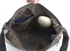 オープンポケットが二つあり、メガネケースなど細長いモノも立てて入れることができます