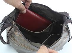 内側ファスナーポケットは、財布などが入るから安心