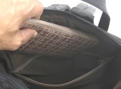 内側ファスナーポケットは、大きな財布などが入るサイズ。