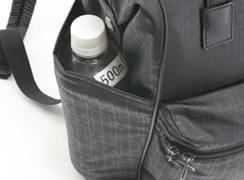 サイドオープンポケット(左)には、500mlのペットボトル又は折傘を入れる事が可能です。(ペットボトルは少し頭がでます)