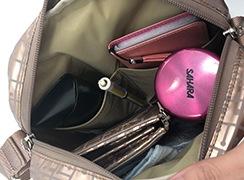 メインの内側にはオープンポケットが2つあるので、メガネケースやスマホなど倒さずに入れておけます。