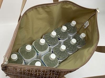 2リットルのペットボトル12本を立てて入れる大きさがあり高さには余裕があります。