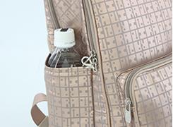 サイドオープンポケット(左)には、500mlのペットボトル又は折傘を入れる事が可能です。