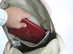 内側ファスナーポケットには大きな財布を入れても余裕のあるファスナーポケット