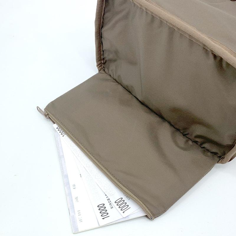 内側の底には貴重品をしまっておける隠し底ポケット