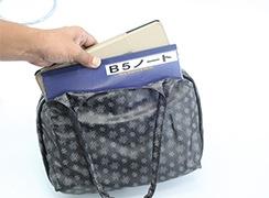 B5ノートがちょうど入る、コンパクトなトートバッグ。タブレットの持ち運びにも便利。(画像はipadproをケース付きでいれています)