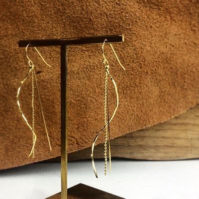 シンプルで、ゴールドのラインがきれいなピアスです。